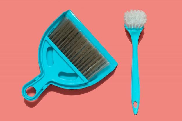 Uma pá azul, escova e pincel para lavar louça Foto Premium