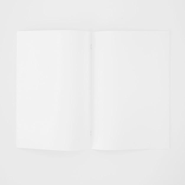 Uma página em branco aberta em branco sobre fundo branco Foto gratuita