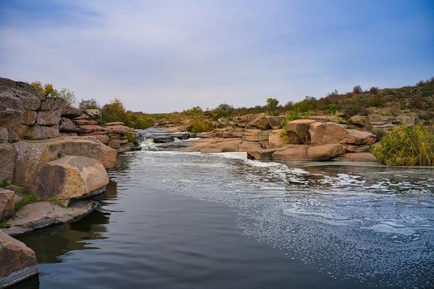 Uma pequena cachoeira rápida kamenka no deserto ao anoitecer na ucrânia Foto Premium