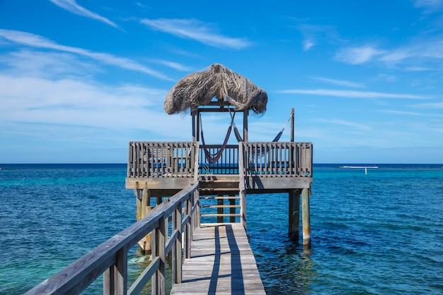 Uma pequena casa de madeira no mar do caribe, na ilha roatan. honduras Foto Premium