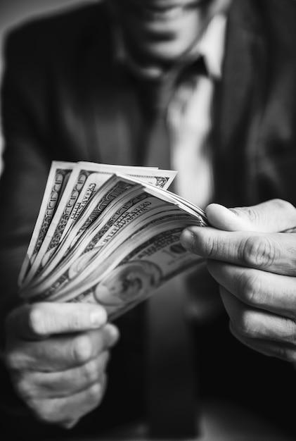 Uma pessoa carregando muito dinheiro Foto gratuita