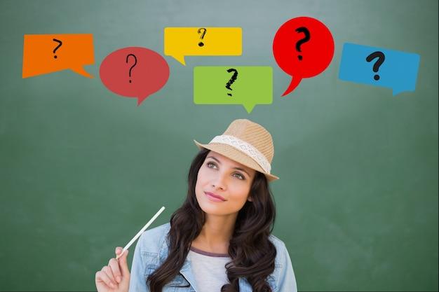 Uma pessoa com pontos de interrogação Foto gratuita