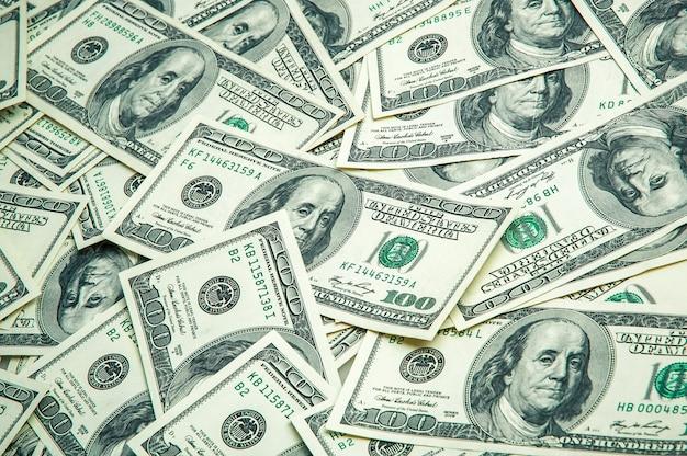 Uma pilha de cem notas de banco dos eu dinheiro de cem notas de dólar, imagem de fundo do dólar. Foto Premium