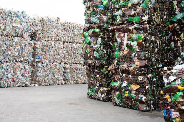 Uma pilha de garrafas de plástico extrudado em uma fábrica de coleta de lixo Foto Premium