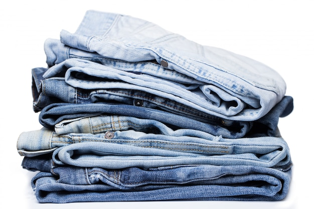 Uma pilha de jeans Foto gratuita
