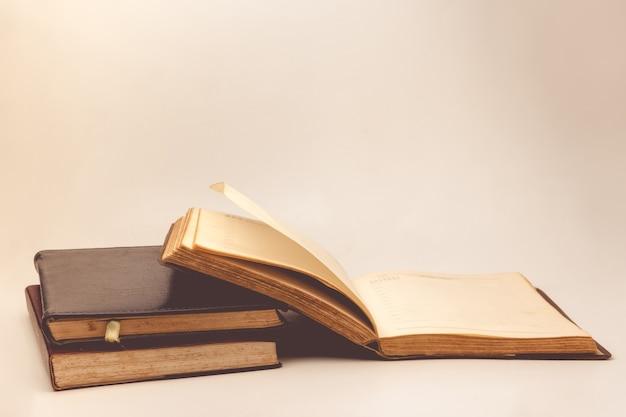Uma pilha de livros velhos com fundo do vintage. Foto Premium