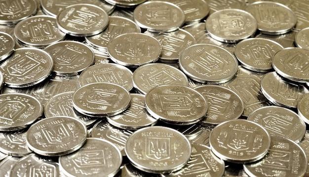 Uma pilha de moedas ucraniano Foto Premium