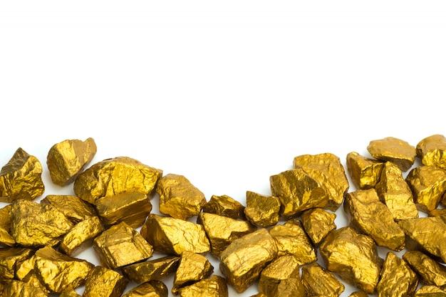 Uma pilha de pepitas de ouro ou minério de ouro sobre fundo branco Foto Premium
