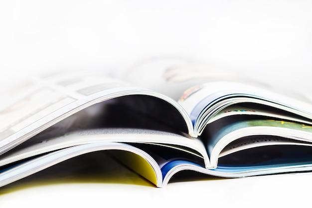 Uma pilha de revistas close-up no fundo branco Foto Premium