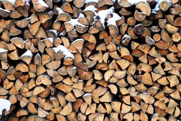 Uma pilha de toras de madeira Foto Premium
