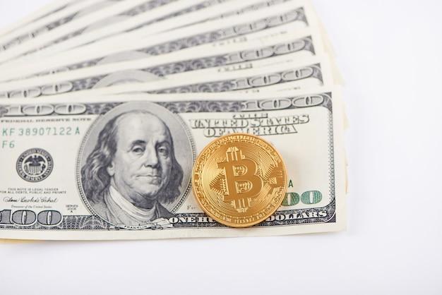 Uma pilha sobreposta de bitcoin dourado de notas de cem dólares Foto Premium
