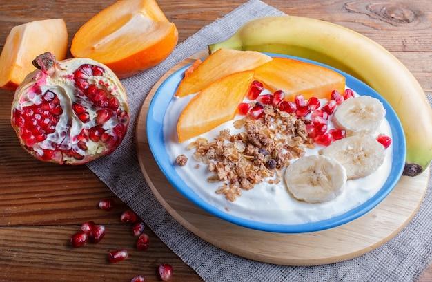 Uma placa azul com granola de iogurte grego Foto Premium