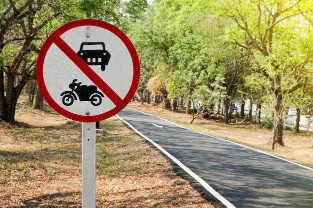 Uma placa que proíbe a circulação de veículos nesta estrada Foto Premium