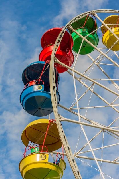 Uma roda gigante colorida em um parque infantil Foto Premium