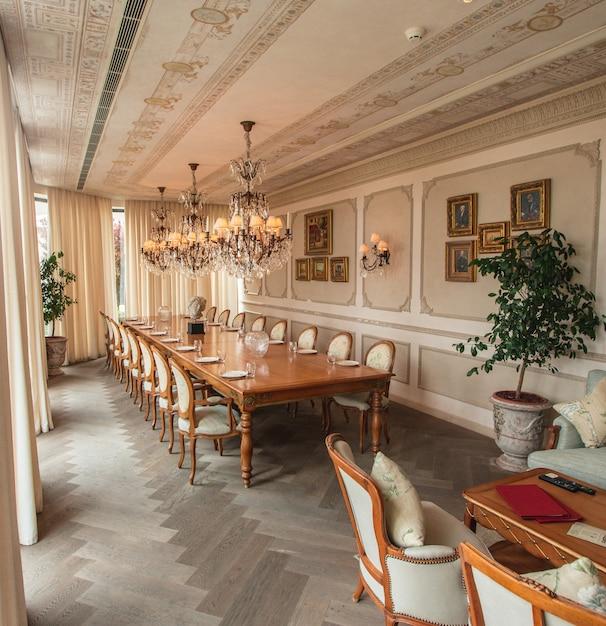 Uma sala de jantar interior de cor bege. Foto gratuita