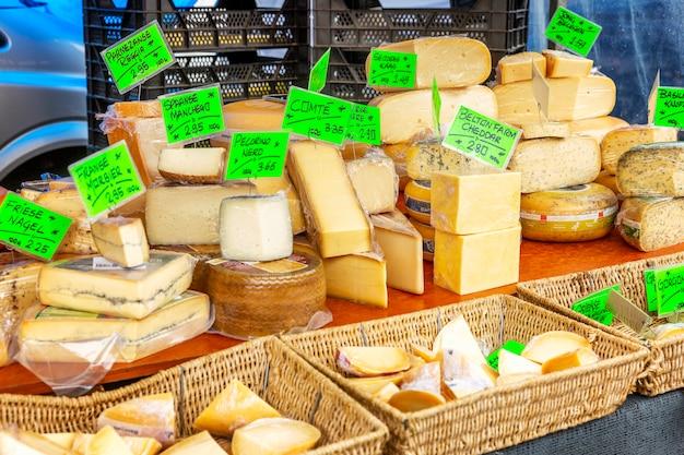 Uma variedade de queijos no balcão do mercado. Foto Premium