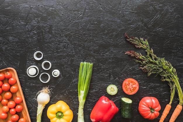 Uma visão aérea de legumes frescos no balcão da cozinha Foto gratuita