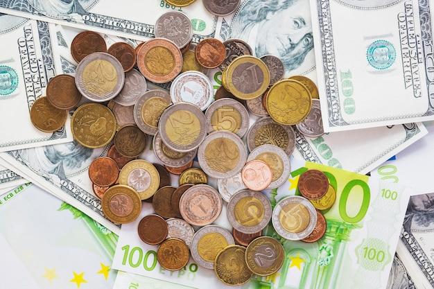 Uma visão aérea de moedas metálicas sobre as notas de euro spread Foto gratuita