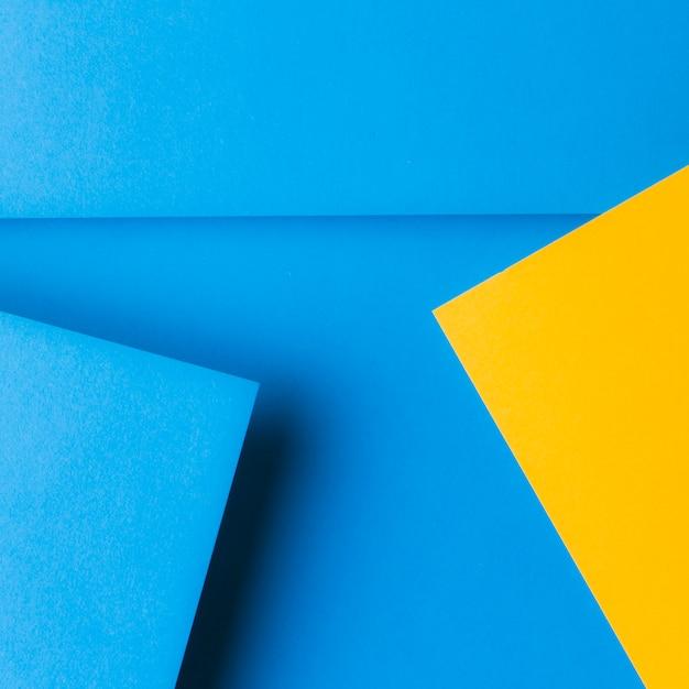 Uma visão aérea de pop-up papel em fundo azul Foto gratuita