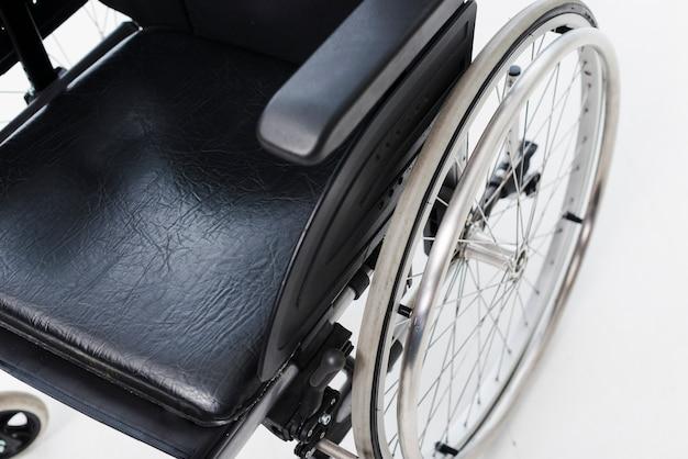 Uma visão aérea de uma cadeira de rodas em pano de fundo branco Foto gratuita