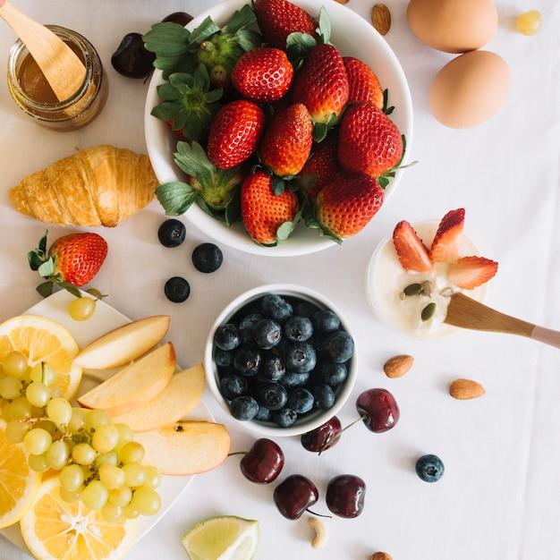 Uma visão aérea do café da manhã fresco com frutas e ovo Foto gratuita
