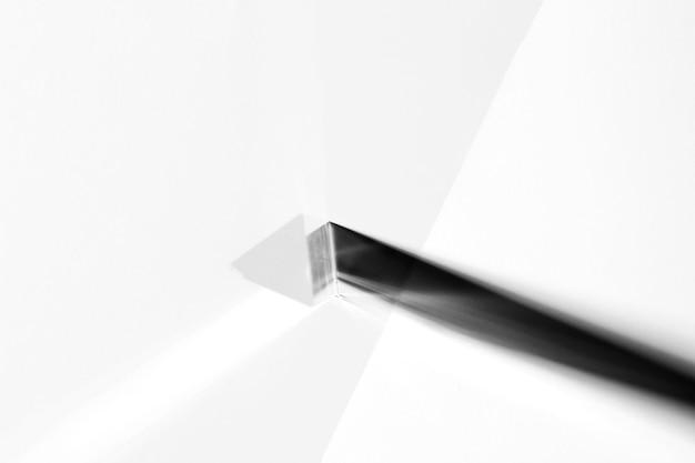 Uma visão aérea do cristal longo triangular no fundo branco Foto gratuita