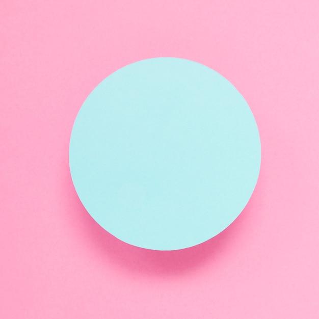 Uma visão aérea do quadro azul contra um fundo rosa Foto gratuita