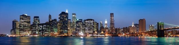 Uma visão da cidade de nova york durante a noite Foto Premium