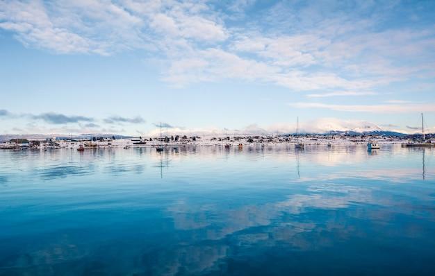 Uma visão de ushuaia e montanhas no inverno. Foto Premium