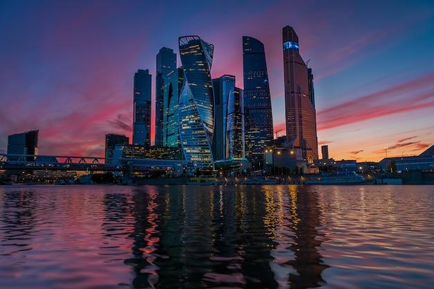 Uma visão do centro internacional de negócios de moscou - a cidade de moscou à noite Foto Premium