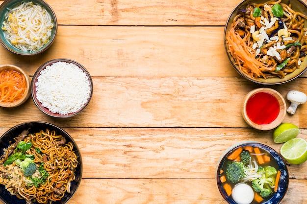 Uma visão elevada da comida tailandesa tradicional na mesa de madeira Foto gratuita