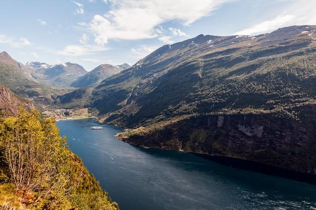 Uma visão elevada da paisagem de montanha verde Foto gratuita