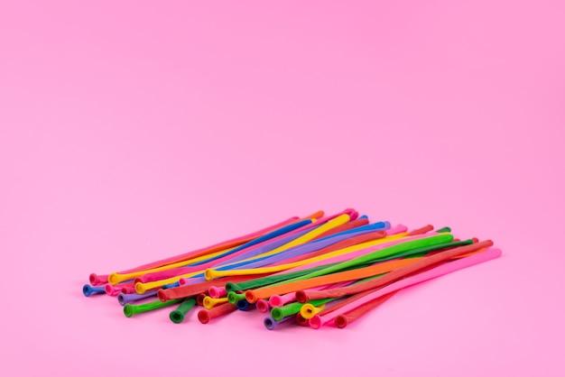 Uma vista frontal com canudos coloridos longos em rosa, foto colorida do arco-íris Foto gratuita