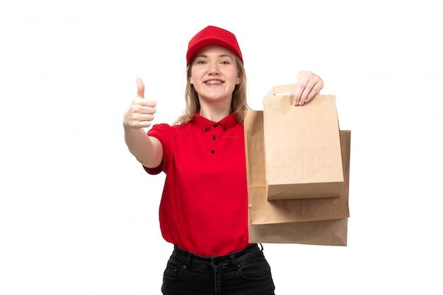 Uma vista frontal, jovem, correio feminino, trabalhador feminino, de, serviço entrega entrega, sorrindo, segurando, entrega, pacotes, branco Foto gratuita