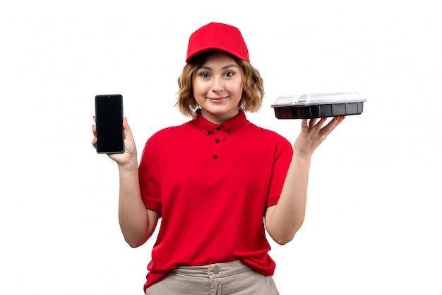 Uma vista frontal, jovem, correio feminino, trabalhadora, de, serviço entrega entrega, segurando tigela, com, comida, e, smartphone, branco Foto gratuita