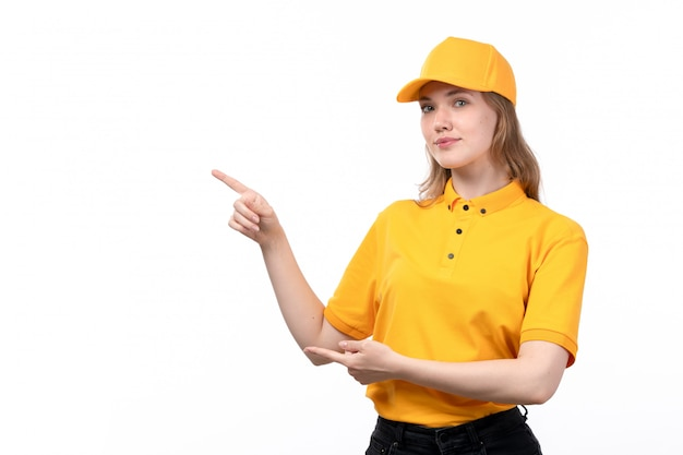 Uma vista frontal, jovem, correio feminino, trabalhadora, de, serviço entrega entrega, sorrindo, apontar, com, dela, dedos, branco Foto gratuita