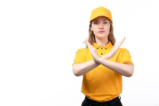Uma vista frontal jovem correio feminino trabalhadora do serviço de entrega de comida mostrando sinal de proibição posando em branco Foto gratuita