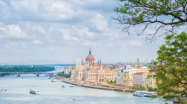 Uma vista panorâmica da cidade de budapeste, o edifício do parlamento húngaro Foto Premium