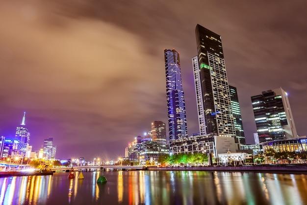 Uma vista sobre o rio yarra no marco de melbourne, no centro da cidade durante a cidade ni Foto Premium