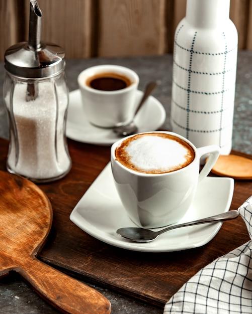 Uma xícara de café com creme e açúcar Foto gratuita