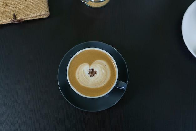 Uma xícara de café com leite quente servido na escócia Foto Premium