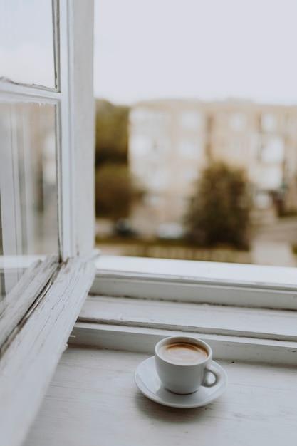Uma xícara de café pela janela Foto gratuita