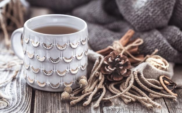 Uma xícara de chá aconchegante em um fundo de madeira, um conceito de aconchego e decoração Foto gratuita