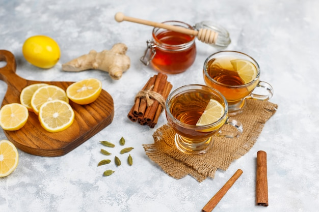 Uma xícara de chá, açúcar mascavo, mel e limão no concreto. vista superior, espaço de cópia Foto gratuita