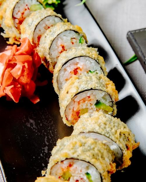 Unagi maki tempura pepino arroz enguia queijo creme de gengibre vista lateral Foto gratuita