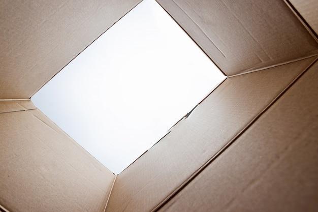 Unboxing, pacote de papelão aberto de tiro de dentro da caixa Foto Premium