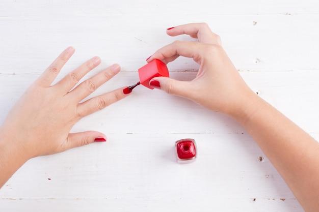 Unhas de mulher com esmalte vermelho Foto gratuita