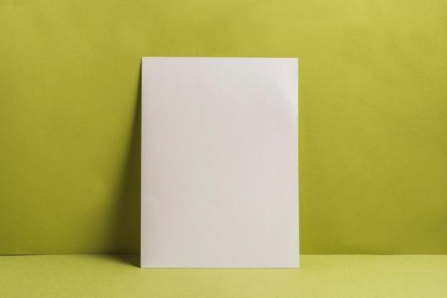 Única página em branco contra um fundo liso Foto gratuita