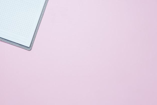 Único caderno branco vazio simples com um espaço em branco para desenhar ou escrever Foto Premium