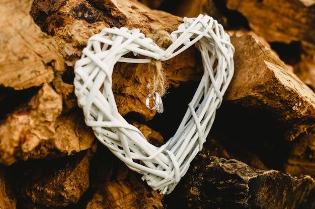 Único ouro e alianças de casamento de prata Foto Premium